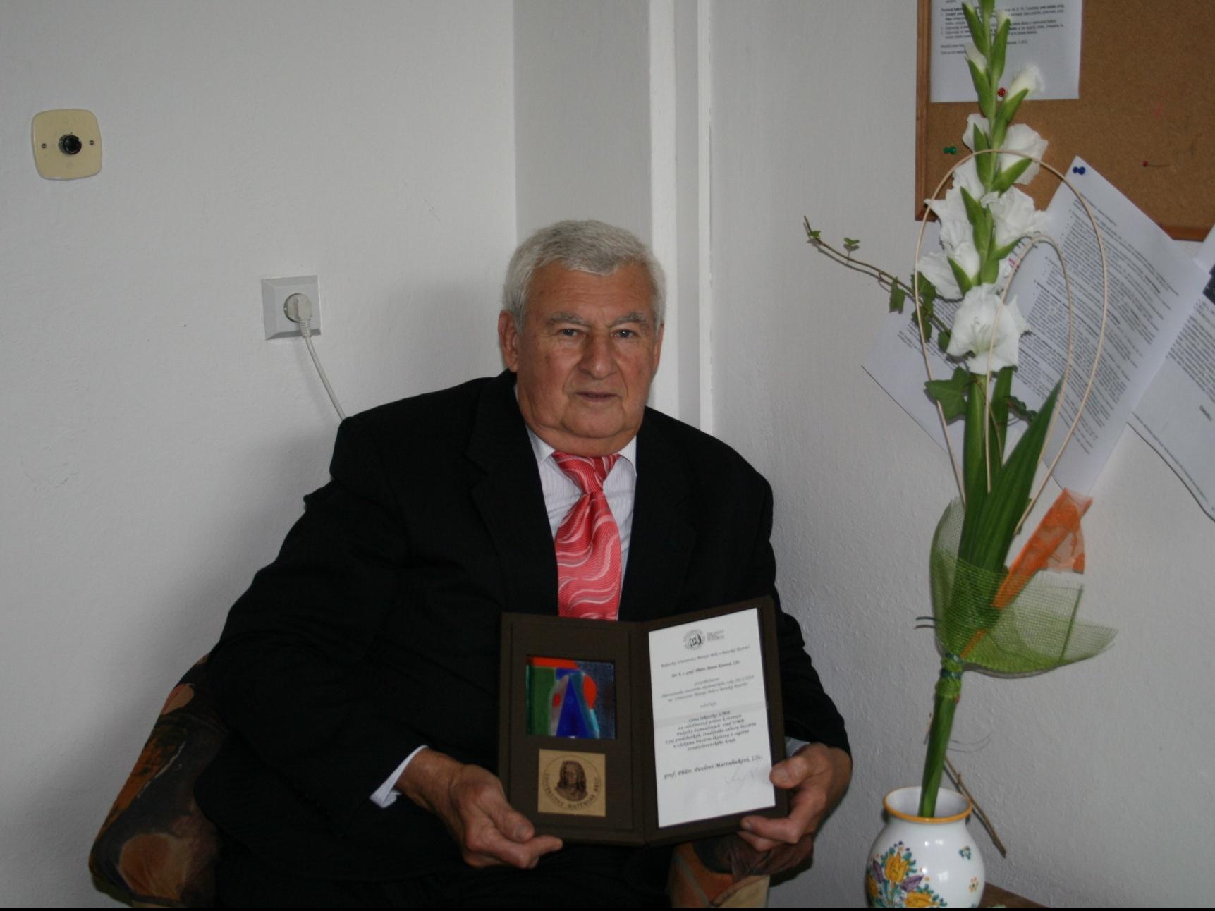 Profesor Martuliak s plaketou UMB